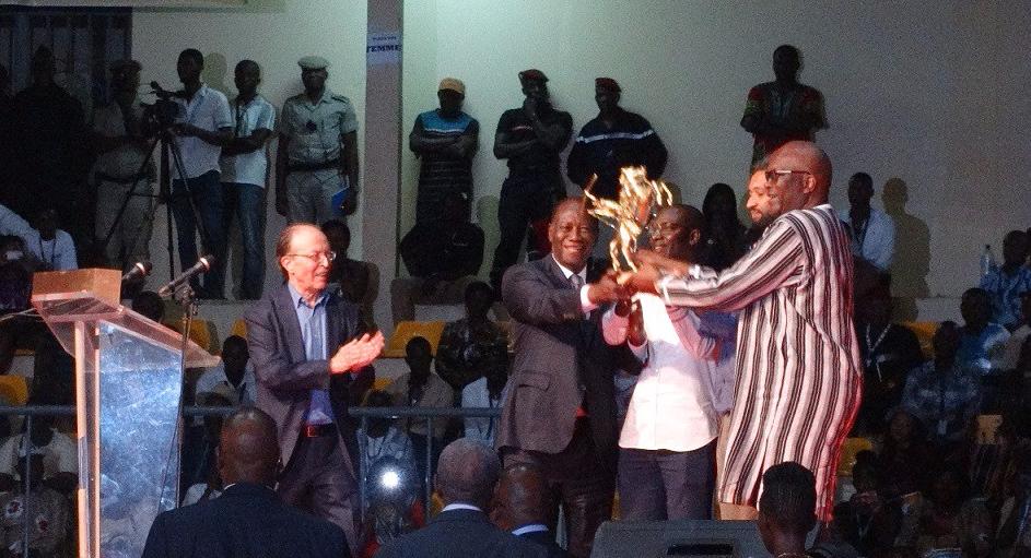 Les présidents burkinabè et ivoirien remettant le trophée aux producteur et réalisateur de « Félicité » ©Burkina24